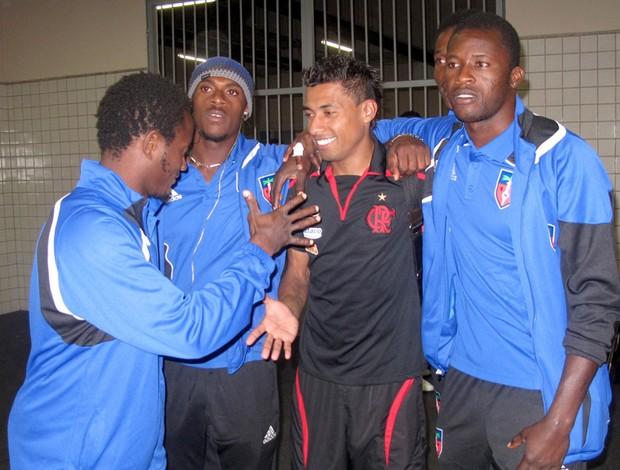 Jogadores da seleção do Haiti com Kleberson, do Flamengo
