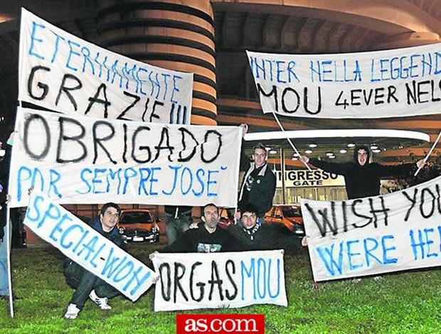 torcida do Inter de Milão faz faixas para José Mourinho
