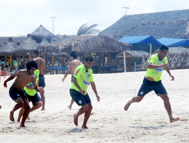 Treino físico dos resevas do Flamengo na praia no Ceará