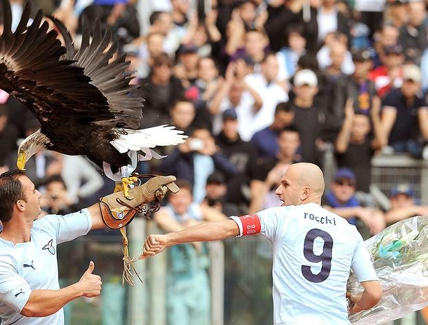 Tommaso Rocchi com a mascote da Lazio antes do jogo com Roma