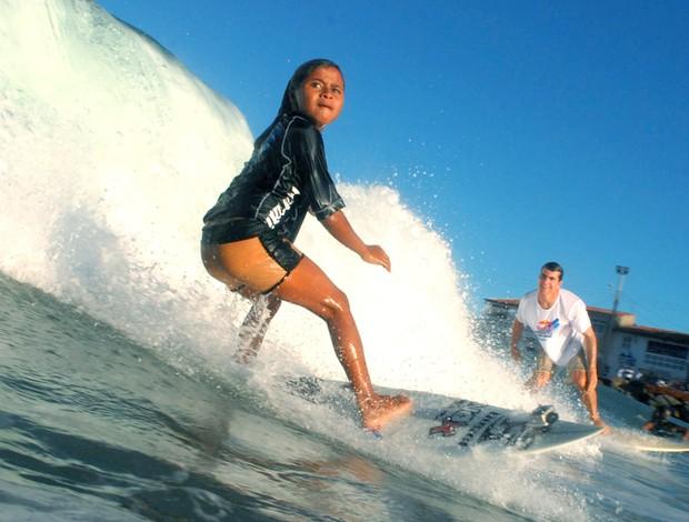 Surfe - Juju Souza divide uma onda com Carlos Burle durante a avaliação técnica