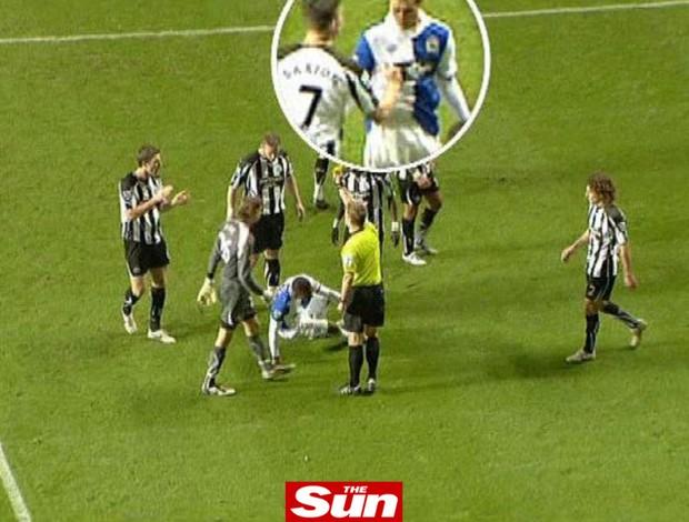 Joey Barton, do Newcastle, é flagrado dando um soco em rival
