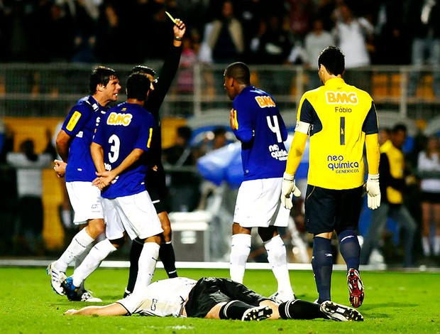Ronaldo caído em lance pênalti do Corinthians contra o Cruzeiro