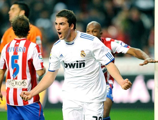 Higuain comemora gol do Real Madrid contra o Gijon