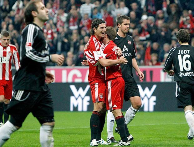 Mario Gomez comemora com Lahm gol do Bayern de Munique contra o Nuremberg