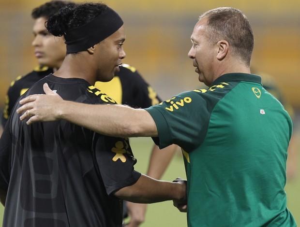 ronaldinho e mano menezes no treino da seleção brasileira