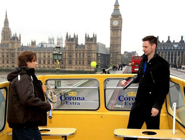 Ferrer e Soderling batem bola em ônibus em Londres