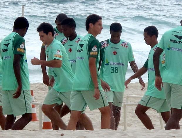jogadores vasco treino praia