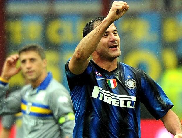 Derjan Stankovic comemora gol do Inter de Milão contra o Parma