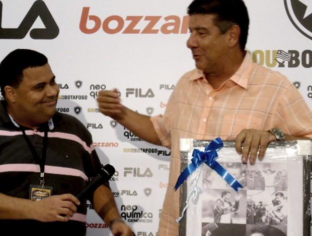 Joel recebe homenagem por 150 jogos no Botafogo