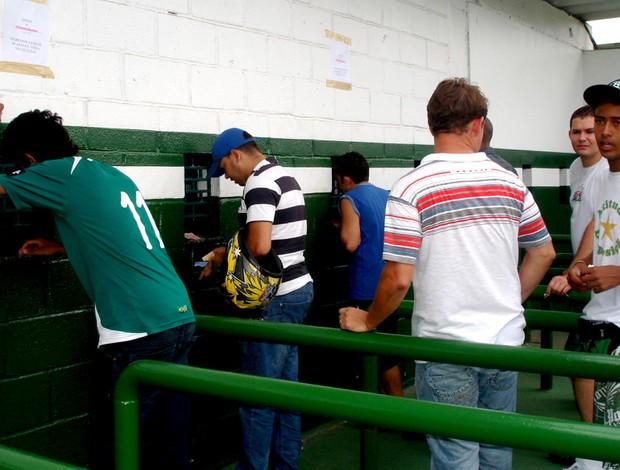 torcedores comprando ingressos para o jogo desta quarta-feira, entre Goiás e Independiente