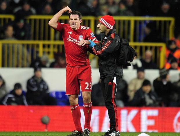 Jamie Carragher recebe atendimento médico no jogo do Liverpool
