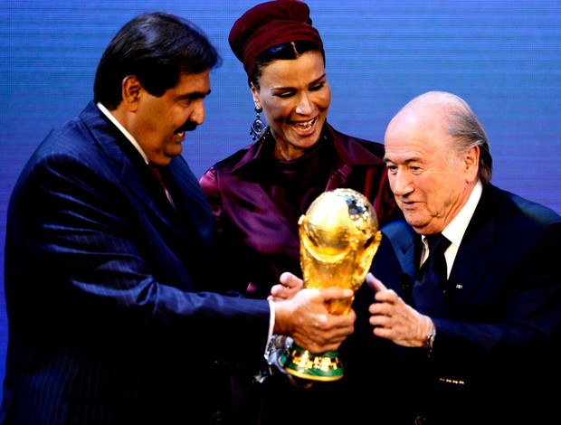 Sheik Hamad bin Khalifa Al-Thani recebe o trofeu das mãos de joseph blatter copa 2022