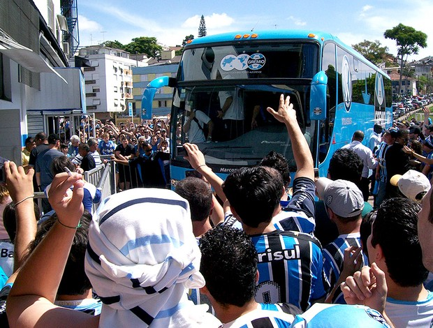 chegada do ônibus do Grêmio