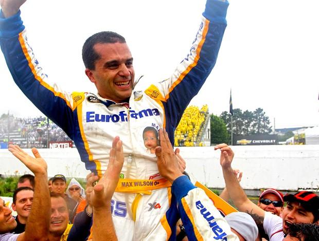 Stock Car: Max Wilson é carregado após ser campeão de 2010 (Foto: Carsten Horst / Stock car)