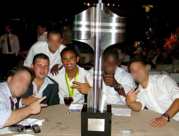 bruno, macarrão e amigos com a taça de campeão brasileiro 2009