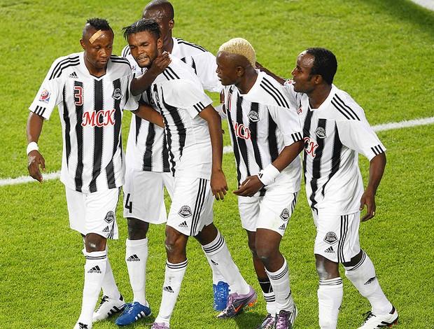 jogadores do Mazembe comemoram gol contra o Pachuca