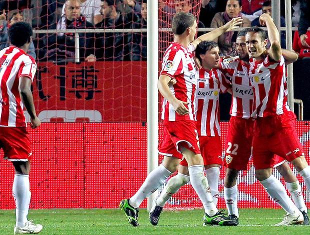 jogadores do Almeria comemroam vitória sobre o Sevilla