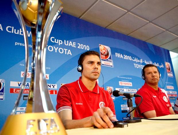 Bolívar e Celso Roth com taça em coletiva - Mundial de Clubes Abu Dhabi