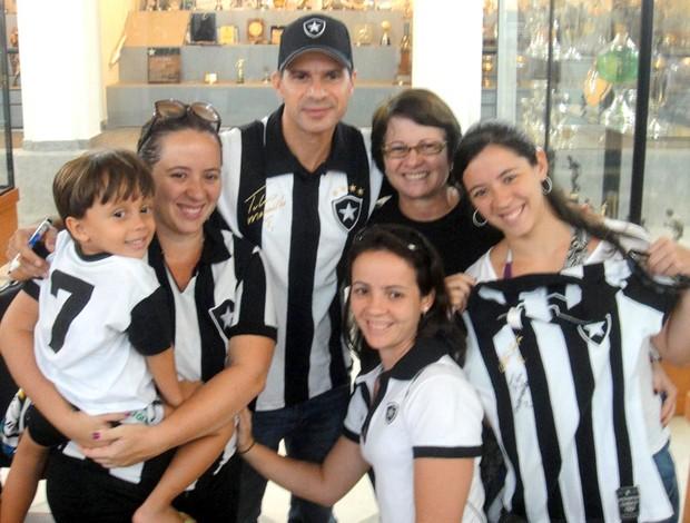 Túlio Maravilha ex-jogador do Botafogo - Família botafoguense na fila para evento com Túlio