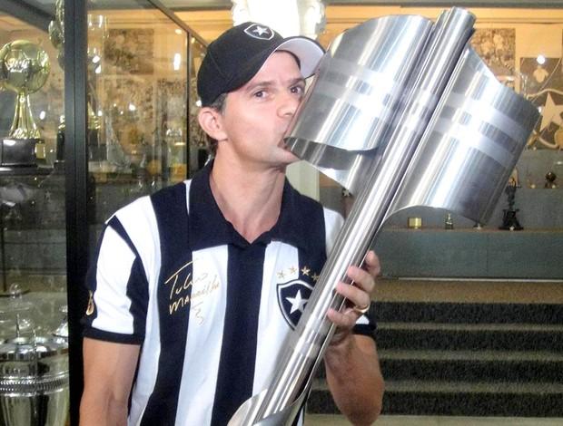 Túlio Maravilha ex-jogador do Botafogo - Túlio com a taça de 95 nas mãos