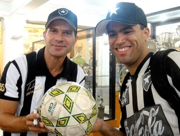 Túlio Maravilha ex-jogador do Botafogo - Túlio e fã com a bola de 95 nas mãos