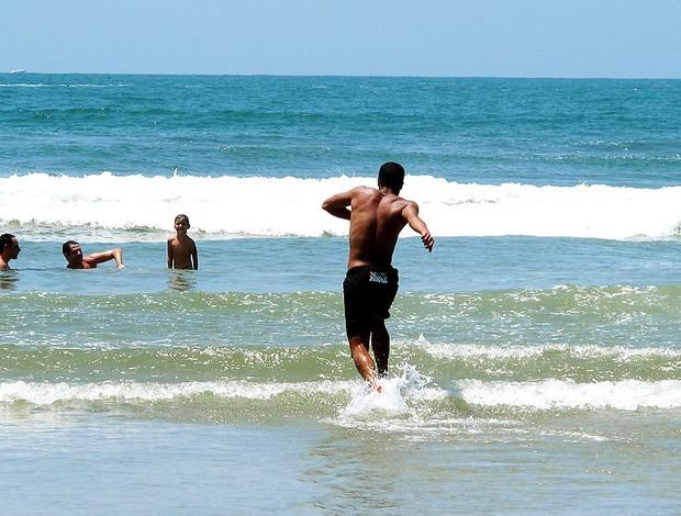 Lucas do São Paulo correndo para o mar