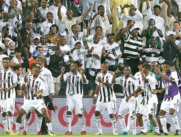 jogadores do Mazembe comemoram vitória sobre o Internacional