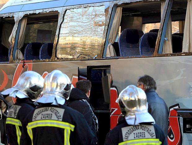 bombeiros apagam fogo no ônibus de torcedores do PAOK atacados na Grécia