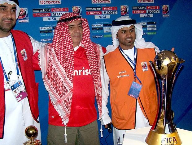 torcida do Internacional no Mundial de Abu Dhabi com a taça