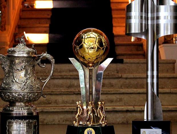 Fluminense exibe as taças de campeão Brasileiro