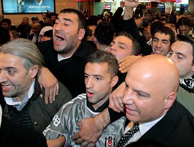 Simão Sabrosa recebido com festa pela torcida do Besiktas