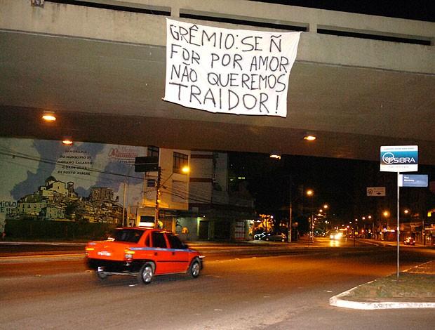faixa de protesto da torcida do Grêmio