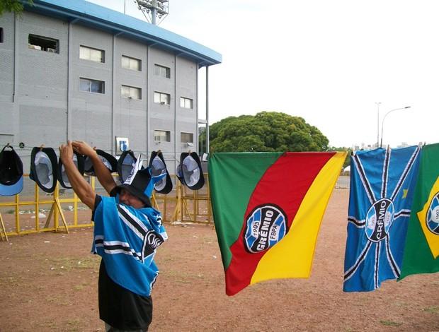 Ambulante vende produtos do Grêmio no Estádio Centenário