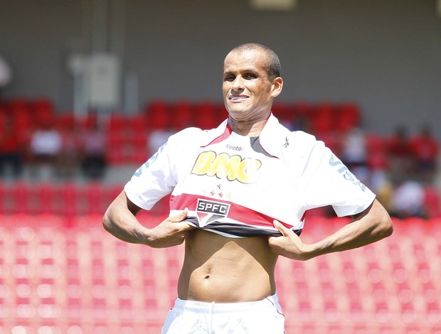 Rivaldo veste a camisa do São Paulo