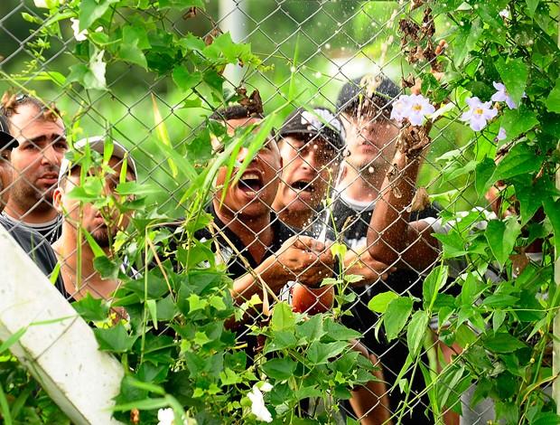 corinthians champanhe protesto torcida (Foto: Marcos Ribolli/ GLOBOESPORTE.COM)