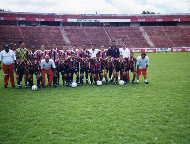 Juan com o time do Paulistano no estádio Santa Cruz, em Ribeirão Preto (Foto: Divulgação)