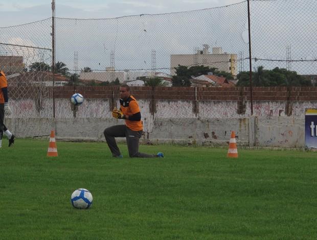 Marcelo Galvão, goleiro do Treze, durante treinamento (Foto: Marcelo Prado / GLOBOESPORTE.COM)