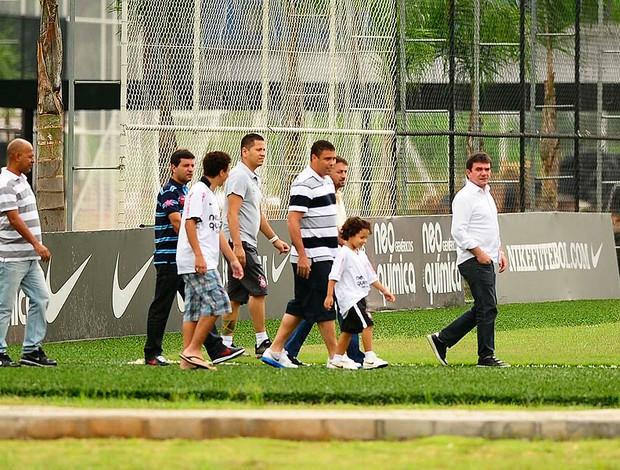 Ronaldo se despede do elenco do Corinthians (Foto: Marcos Ribolli / GLOBOESPORTE.COM)