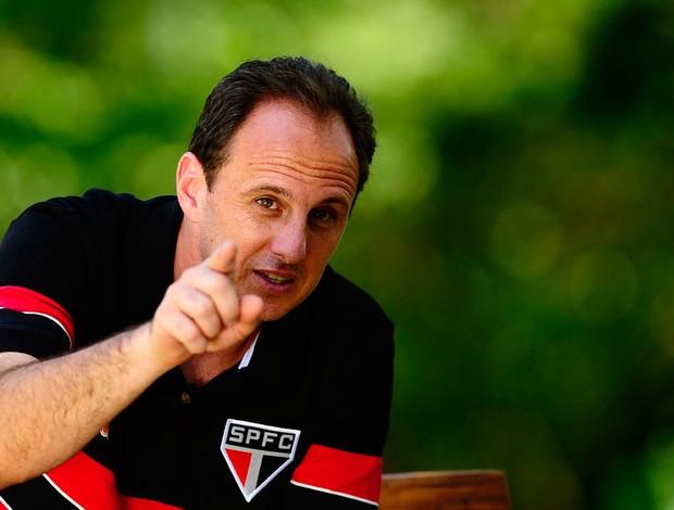 Ceni aponta para a câmera (Foto: Marcos Ribolli / Globoesporte.com)