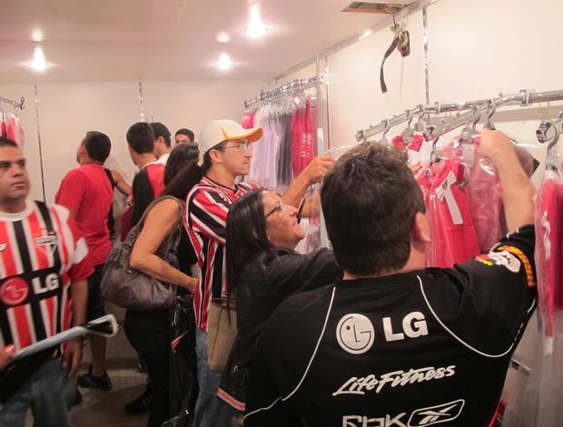 Fila de torcedores dentro da loja itinerante do São Paulo em Campina Grande (Foto: Marcelo Prado / GLOBOESPORTE.COM)