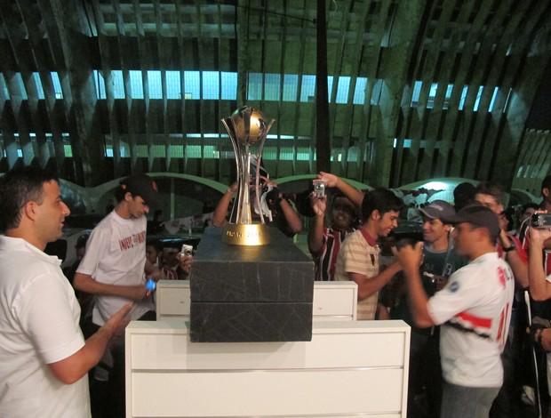 Taça do Mundial de Clubes de 2005 na loja do São Paulo em Campina Grande (Foto: Marcelo Prado / GLOBOESPORTE.COM)