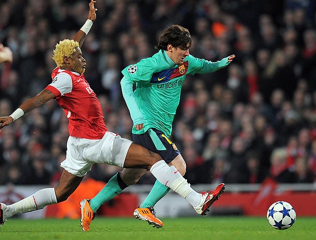 messi   song arsenal x barcelona (Foto: AFP)