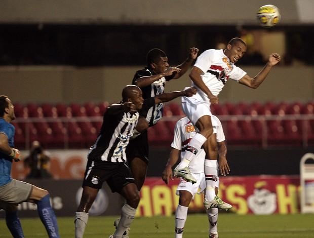 Miranda cabeceia para marcar o primeiro gol do Sâo Paulo (Foto: Gaspar Nóbrega / VIPCOMM)