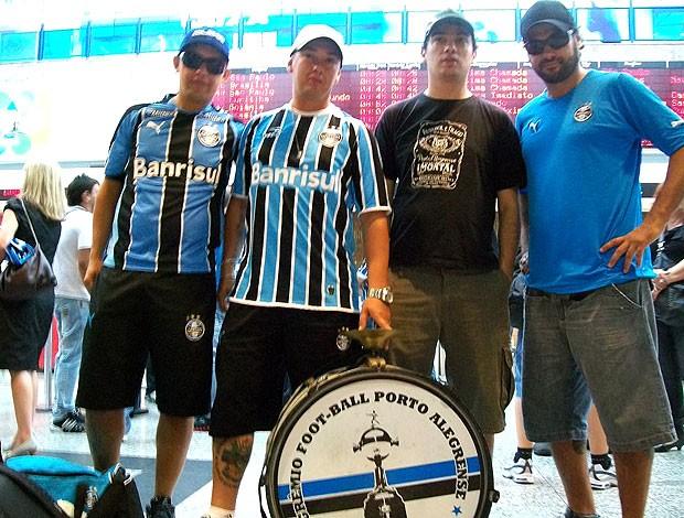 torcedores do Grêmio no embarque para Barranquilla (Foto: Eduardo Cecconi / GLOBOESPORTE.COM)