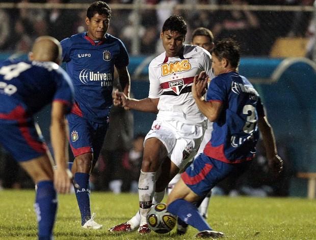 Casemiro disputa lance com Jean Rolt, do São Caetano (Foto: Gaspar Nóbrega / VIPCOMM)