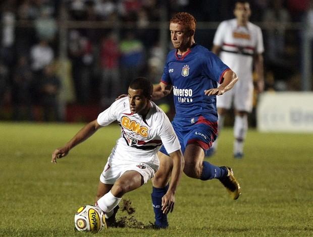 Lucas disputa lance com Souza, do São Caetano (Foto: Gaspar Nóbrega / VIPCOMM)