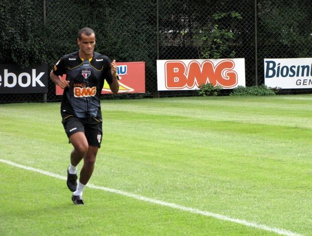 Rivaldo corre pelo gramado do CT (Foto: Marcelo Prado / GLOBOESPORTE.COM)