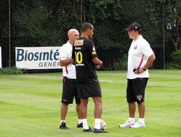 Rivaldo conversa com preparador físico no gramado (Foto: Marcelo Prado / GLOBOESPORTE.COM)