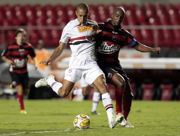 Miranda em lance no ataque no jogo contra o Ituano (Foto: Gaspar Nóbrega / VIPCOMM)